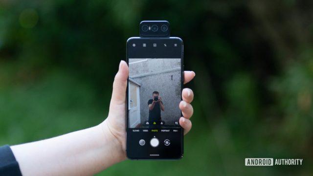 https://vidacelular.com.br/wp-content/uploads/2020/11/Asus-Zenfone-7-Pro-taking-a-selfie-1200x675-1-640x360.jpg
