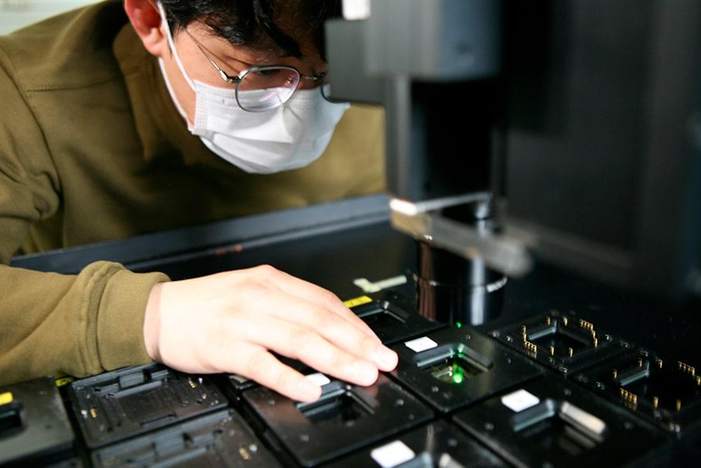 Técnico da Samsung Display examina desempenho de material OLED