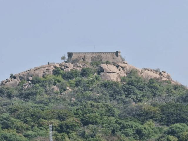 imagem de uma construção antiga em cima do morro ao horizonte da cidade