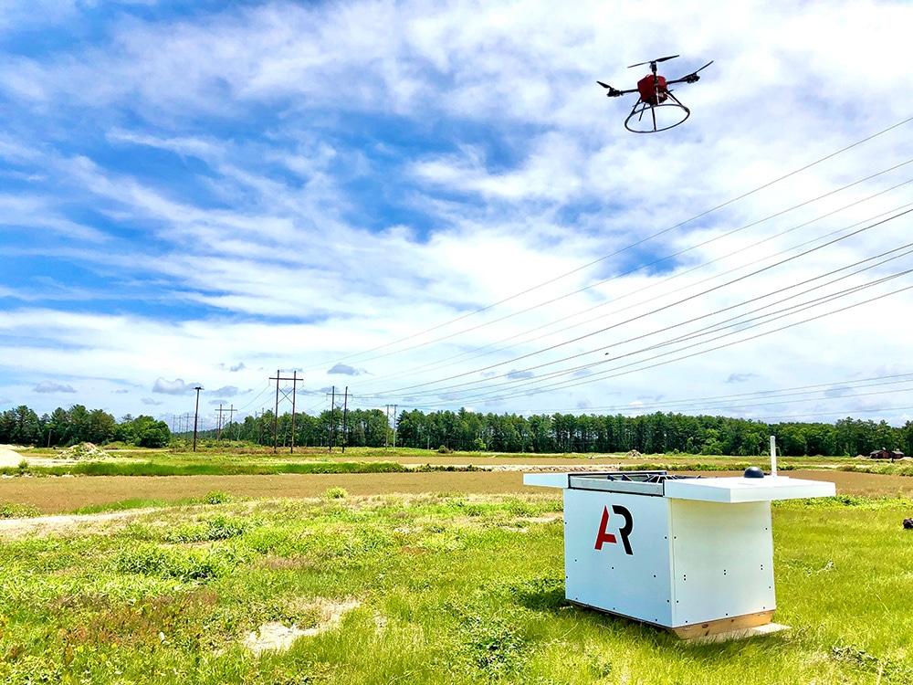 Drone Scout voando em um céu sem nuvens