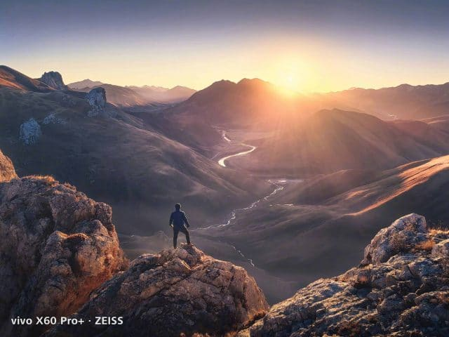 Homem em uma montanha de costas olha por do sol Amostras de câmeras Vivo X60 Pro +