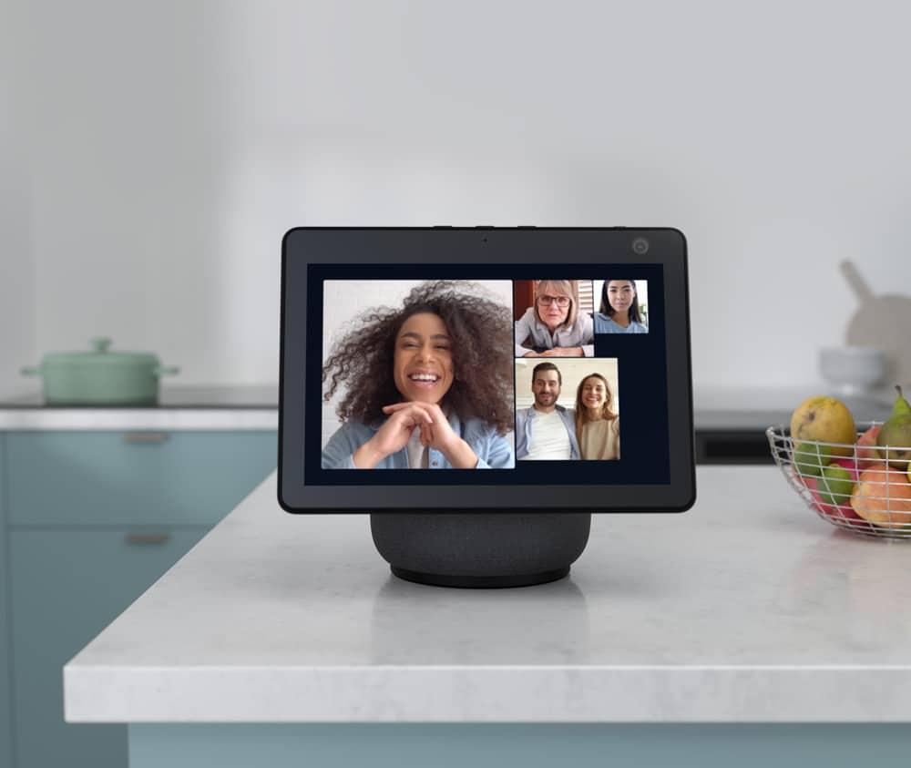 aparelho em cima de uma bancada de mármore, com tela mostrando uma chamada em vídeo