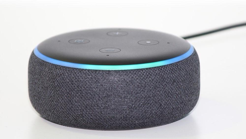 Amazon Echo com assistente Alexa em um fundo branco