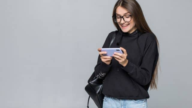 https://vidacelular.com.br/wp-content/uploads/2021/02/cheerful-young-girl-with-backpack-play-game-with-mobile-phone-isolated-on-white-wall-1-640x360.jpg
