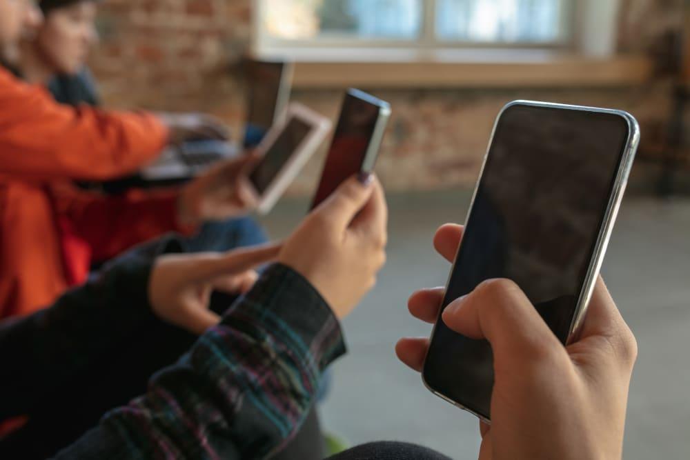 Grupo de jovens se divertem com apps
