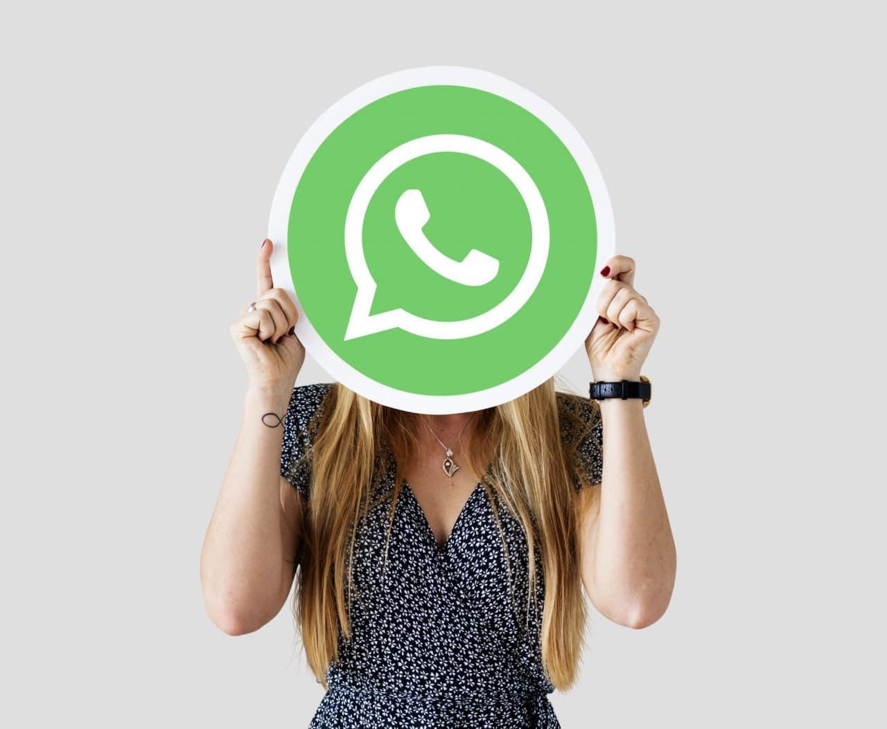 Imagem de uma mulher com símbolo do WhatsApp no rosto
